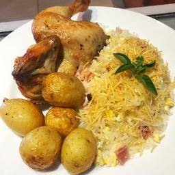 Galeto al Limone com arroz biro-biro e batata bolinha assada.