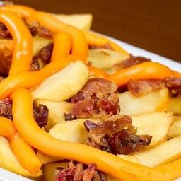 Batata Frita com Cheddar, Bacon e Linguiça