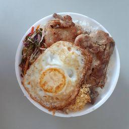 Bisteca suína com ovo e refogado