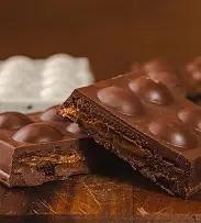 Barra de chocolate recheada com doce de leite e brownie.