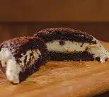 Brownie recheado de chocolate branco com Oreo