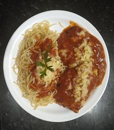 Bife Parmegiana com Espaguete ao Molho Sugo