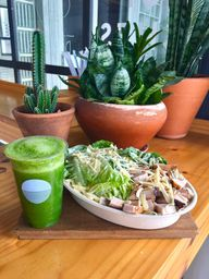 Salada Caesar com Frango Defumado + Escolha seu suco