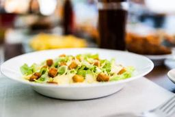 Salada Caesar com tofu